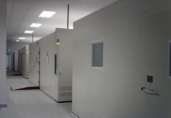 一、主要技术参数: 1.温度范围:常温+5--50(60、70、80、100、120) 2.房内尺寸:按要求订制; 3.升温时间:平均1~3/min。 4.仪表解析精度:0.1。 5.温度精度:±1。 6.安装电源:AC~380V;50 Hz; 7.运行方式:温度可调,恒定运行或程序运行(可选触摸屏程序运行) 二、结构及材质: 1.